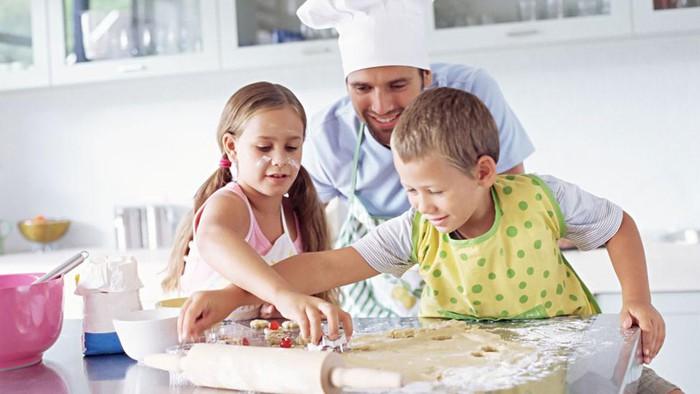 anak kreatif, masak bersama, ide kreatif bermain saat musim hujan