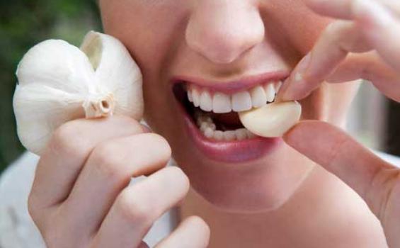 makan bawang putih, mencegah amandel tanpa melakukan operasi, radang amandel, obat amandel