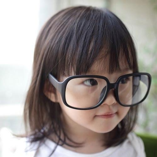 anak iseng pakai kacamata minus, apakah bahaya?