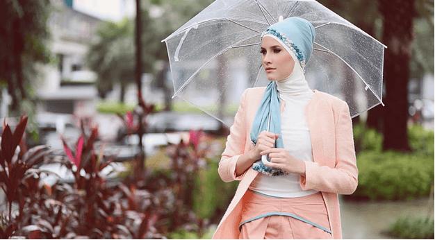 Jika bunda ingin tetap stylish saat musim hujan, yuk intip contoh style disini