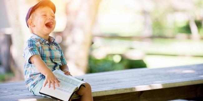 Si kecil hobi menyobek kertas? Ini dia manfaatnya