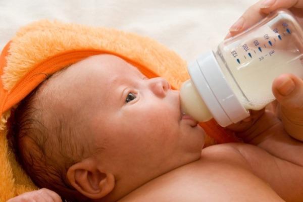 Membersihkan Sisa Susu di Lidah Bayi